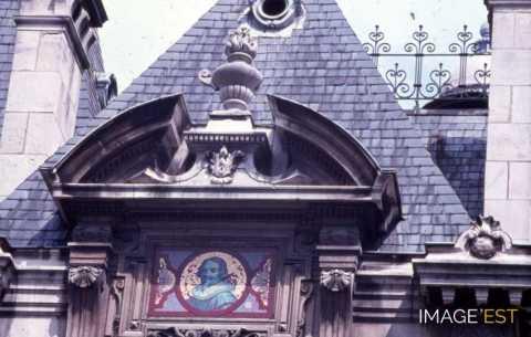 Fronton de porte avec écusson coloré rue Victor Hugo (Nancy)
